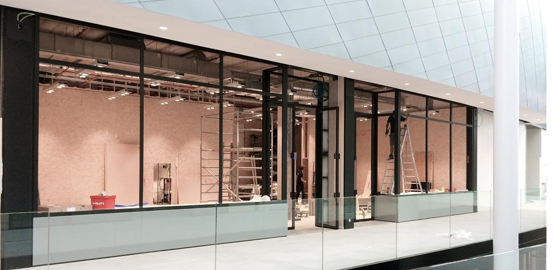 Winkelcentrum G-Star |  zwarte metalen ramen